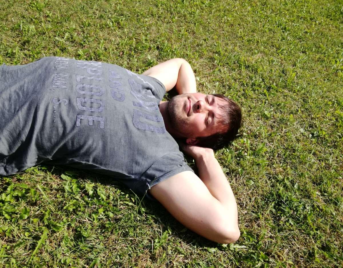 albert montasell descansando en la hierba